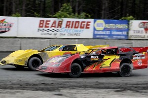 James Fadden (91) & Robbie Williams (7w) fight for the lead in Limited LAte Model action